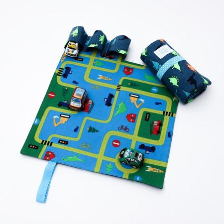 Set joaca cu 3 masinute si covoras cu dinozauri Tiny Magic portabil *